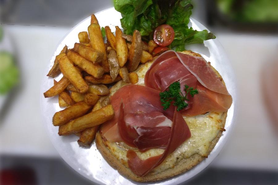 Burger cuisiné dans le restaurant du parc naturel du Stérou à Priziac dans le Morbihan.